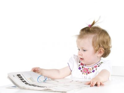 Baby-mit-Zeitung