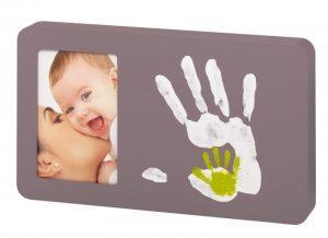 Szara ramka zmiejscem naodcisk dłoni Baby Art